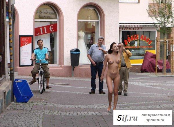 Прогулка по городу симпатичной натуристки