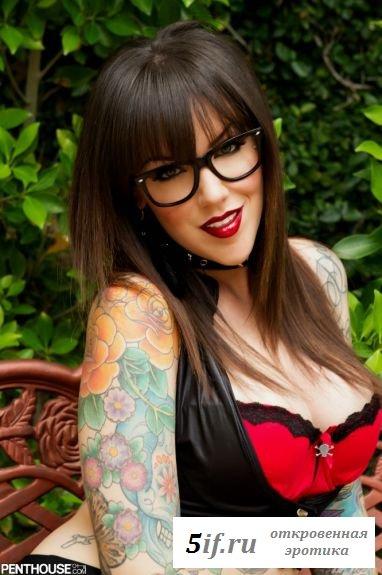 Знаменитость Busty Emily с татуировками