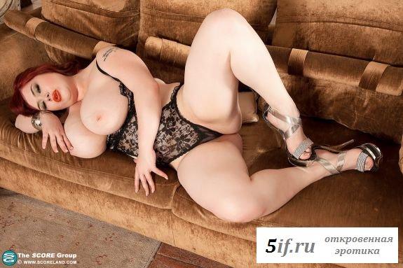Нескромная толстая девушка в нижнем белье