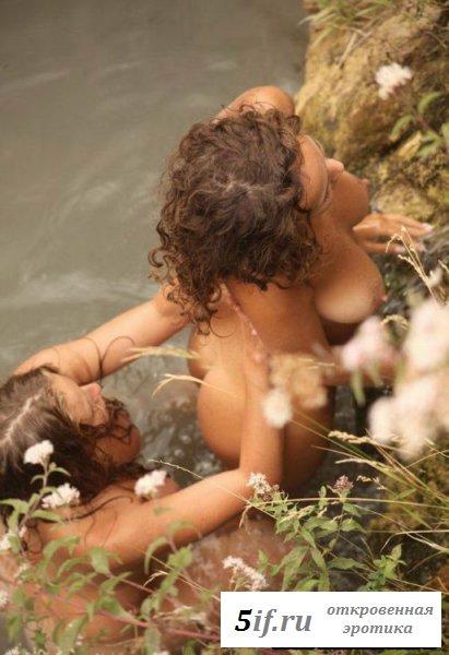Две подруги голые на природе