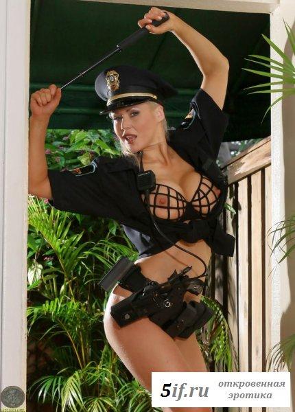 Вызывающий наряд девушки из полиции