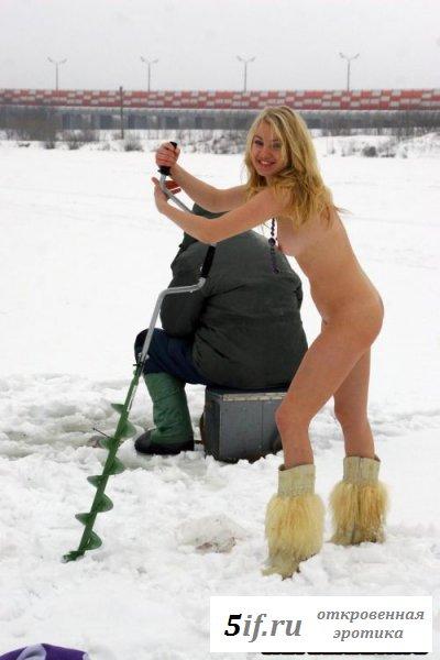 Симпатичная натуристка на зимней рыбалке