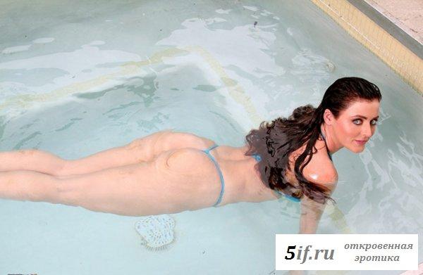 Большегрудая развратница плавает в бассейне