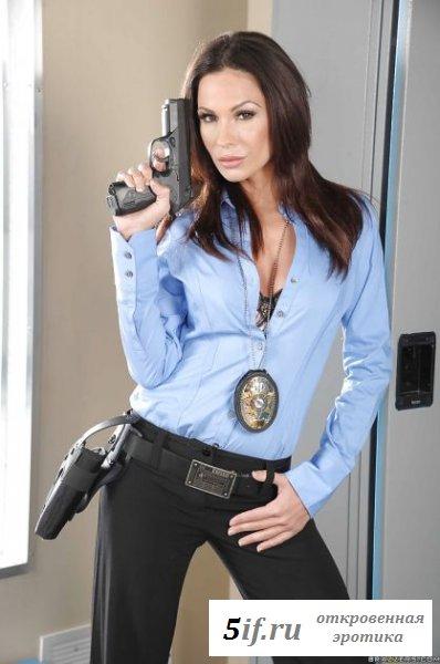 Девушка в униформе полиции