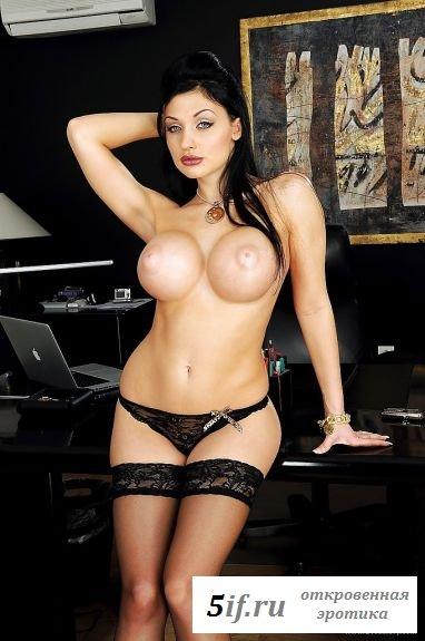 Превосходная голая секретарша в офисе