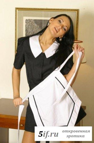 Девушка в обнажённой униформе горничной