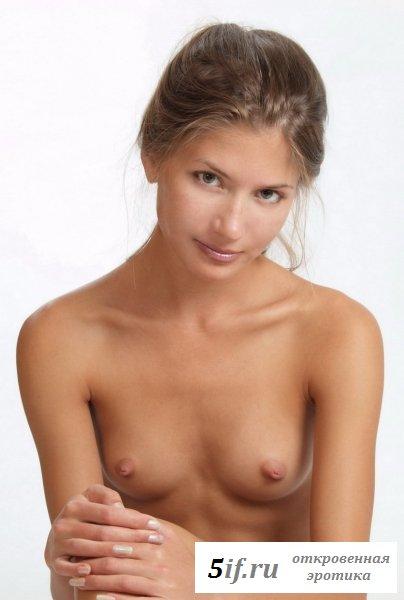 Эротическая фотосессия от обнажённой восемнадцатилетней девушки