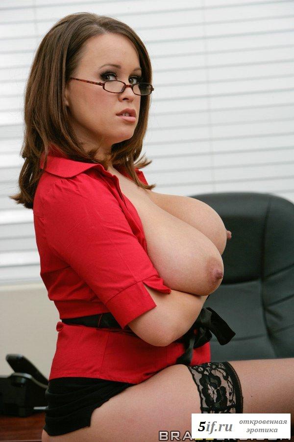 Голая сиськастая секретарша в офисе