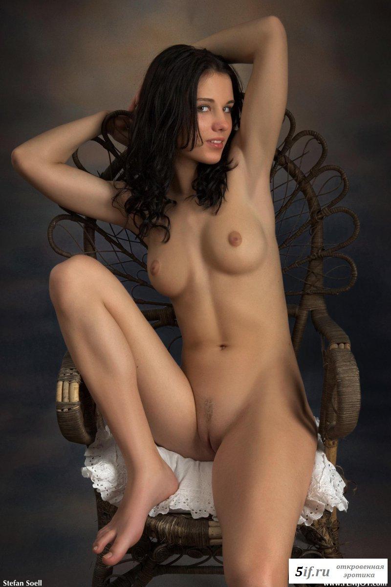 Обнаженная совершеннолетняя с твердыми сосочками