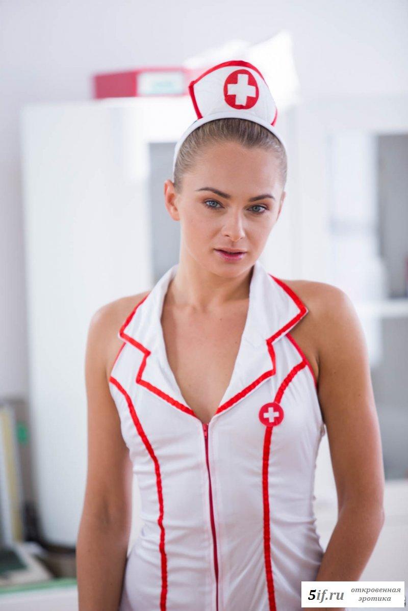 Раздетая девушка в форме медсестры шалит