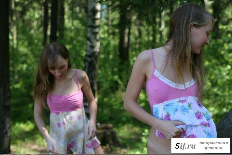 Обнаженные двойняшки украсили пикник