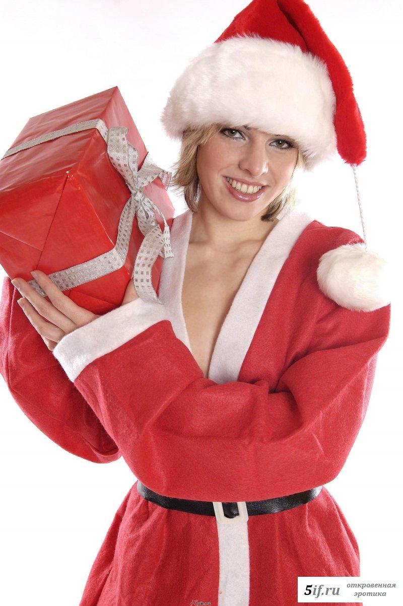 Горячий фото-сет с обнаженной помощницей Деда Мороза