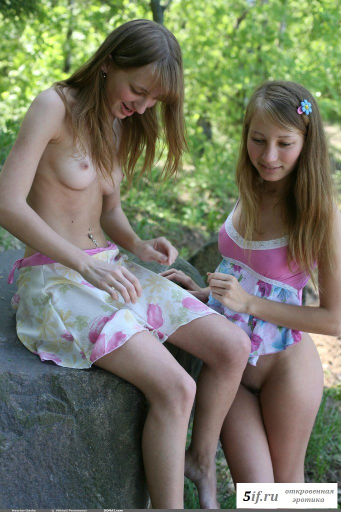 Двойняшки разделись на отдыхе с друзьями