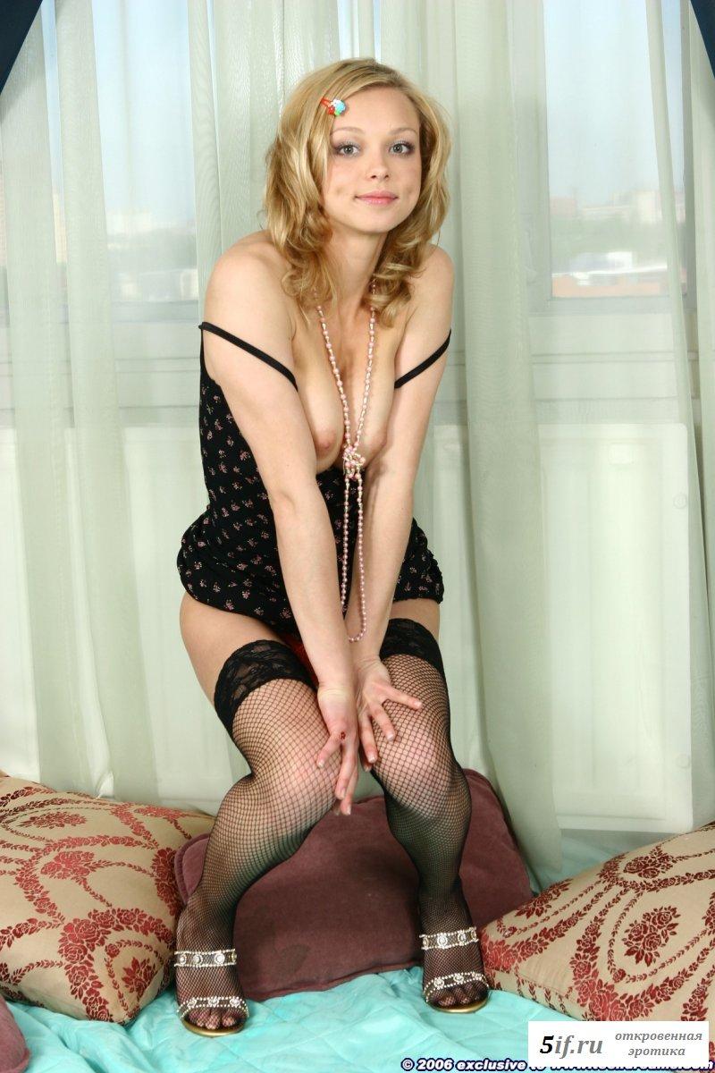 Россиянка в черном платье и эротичном белье