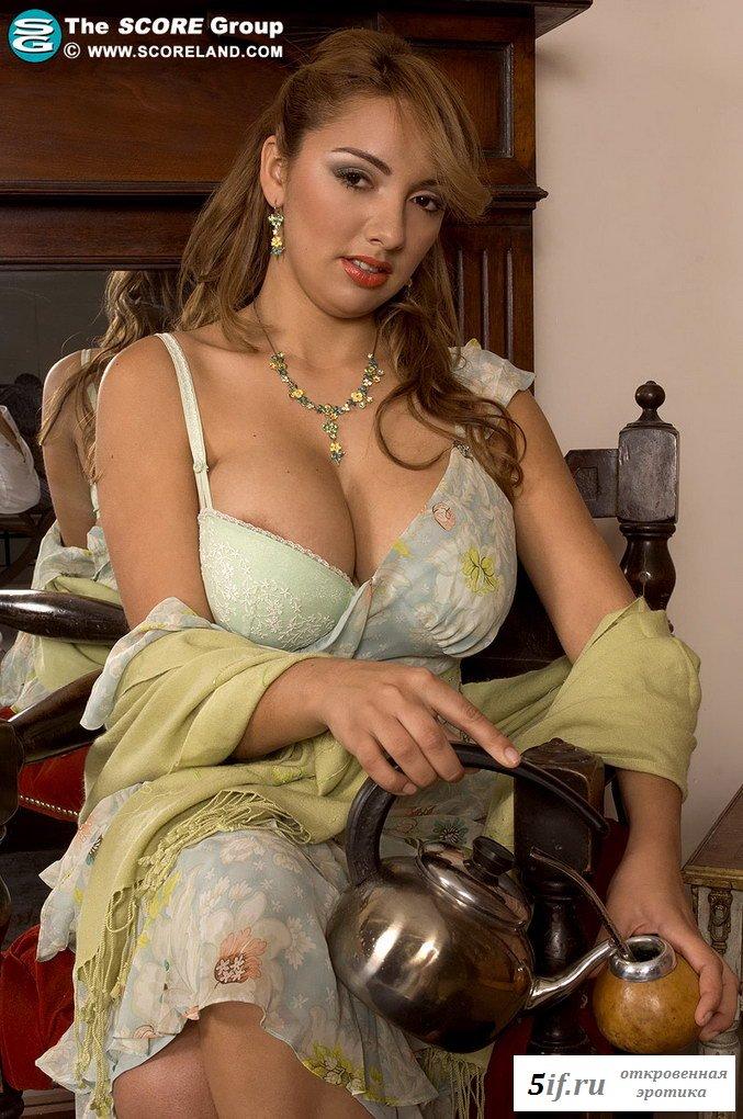 Сиськастая обнаженная бразильянка с пошлым ротиком