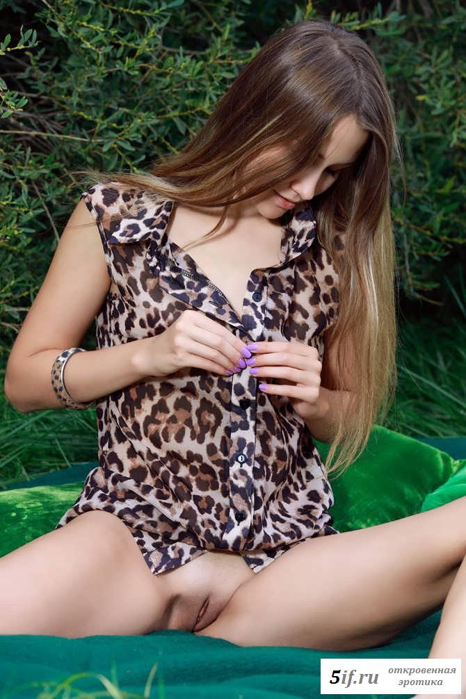 Симпатичная киска голой телки на траве (46 фото эротики)