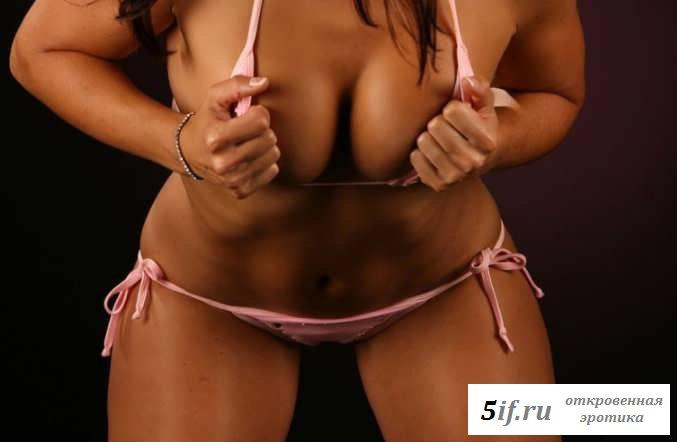 Эротика с женщиной в розовом бикини (15 фото)