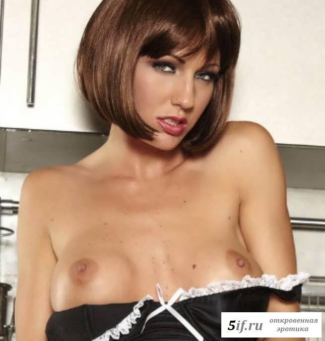 Не настоящие сиськи раздетой горничной на кухне (20 фото эротики)