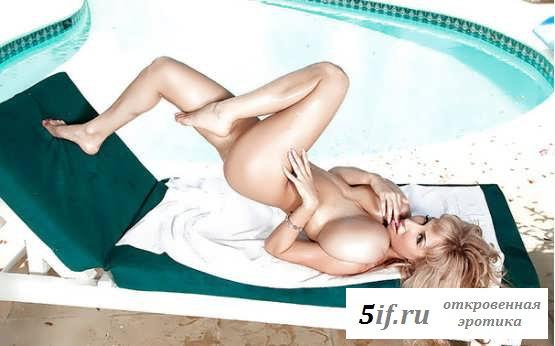 Обнаженная женщина со здоровыми сиськами у бассейна (15 фото эротики)