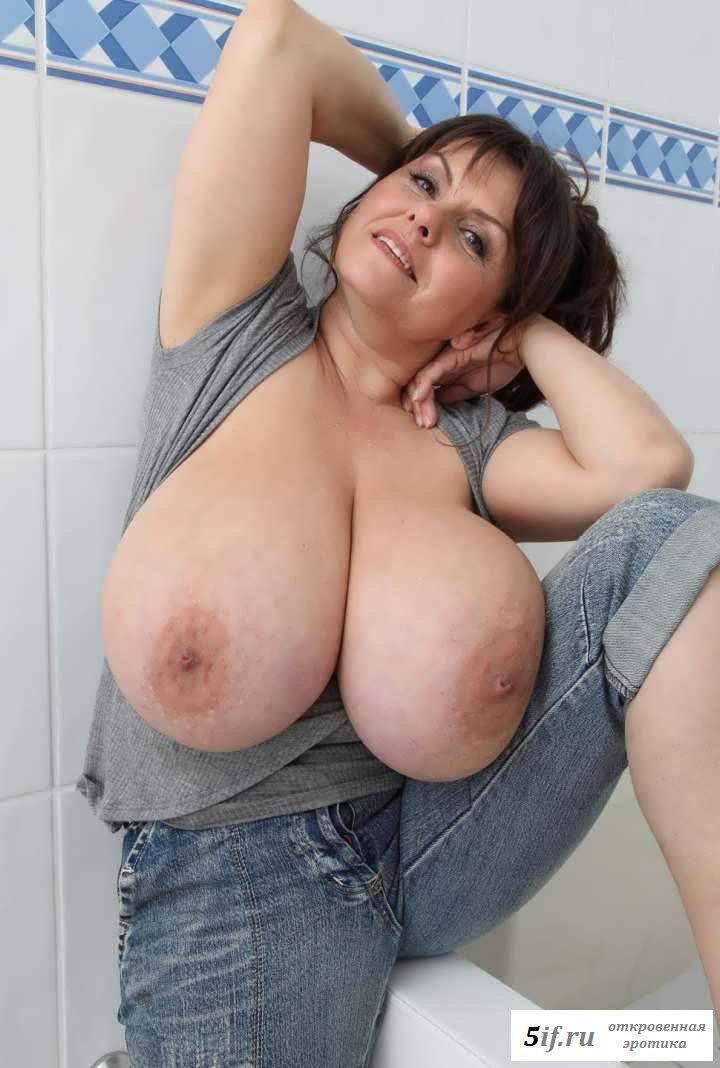 Огромные дойки голой женщины в ванной (20 фото эротики)