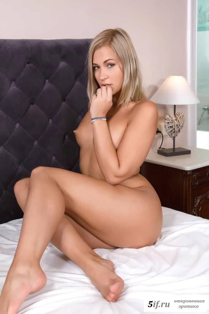 Эротика телки с сексуальной фигурой в спальне (40 фото)