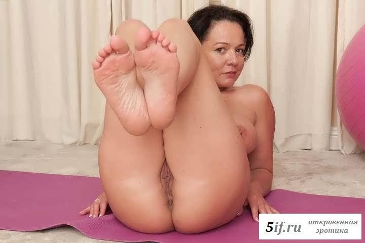 Потрепанная манда раздетой женщины на коврике (27 фото эротики)
