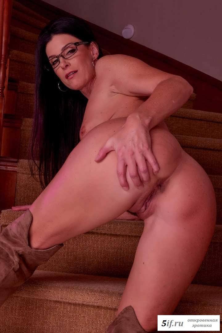 Обнаженная женщина на лестнице в ботфортах (20 фото эротики)