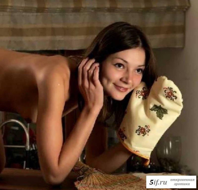 Высокий стул для обнаженной горничной в фартуке (16 фото эротики)