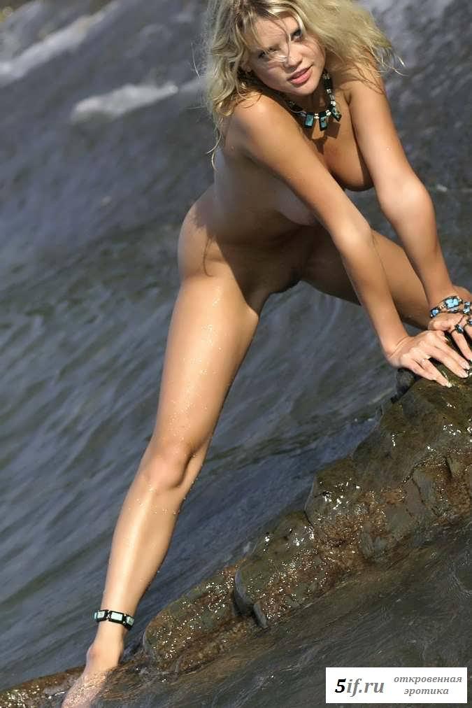 Эротика деваха раздвигающей ножки в воде (23 фото)