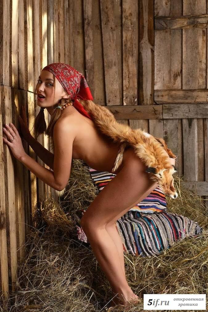Обнаженная девка ждет на сеновале мужчину (22 фото эротики)