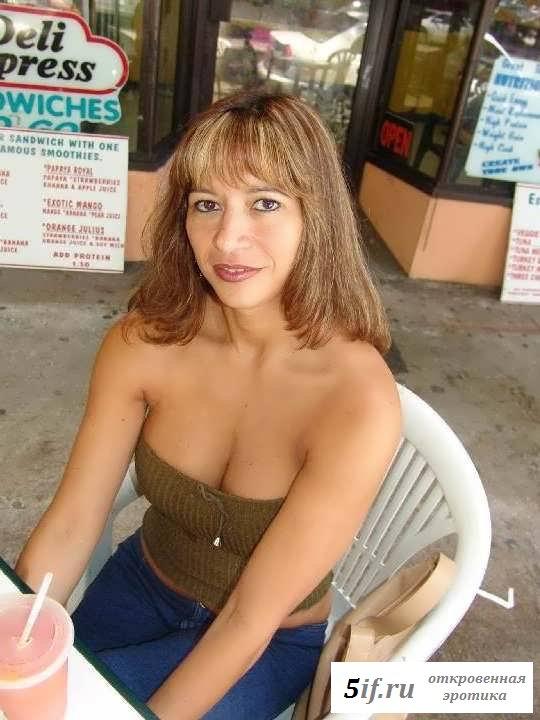 Обнаженную мамку разводят на секс (28 фото эротики)