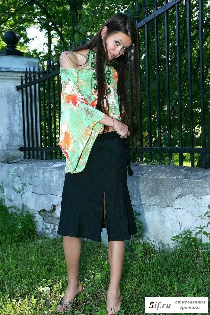 Раздетая дева сняла трусы у дороги (20 фото эротики)