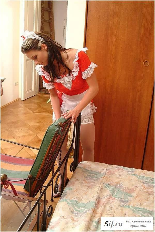 Обнаженная домработница работает без трусиков (20 фото эротики)