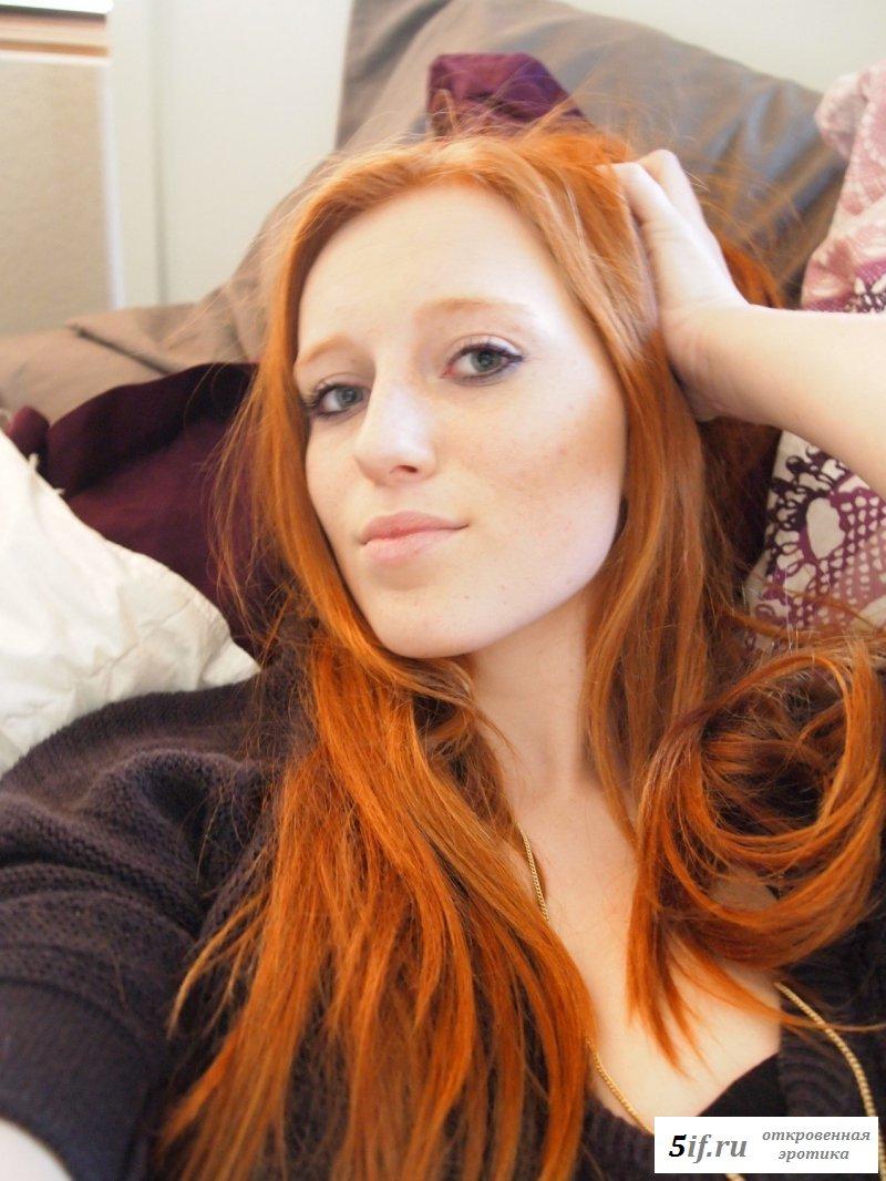 Селфи обнаженной девушки с рыжими волосами