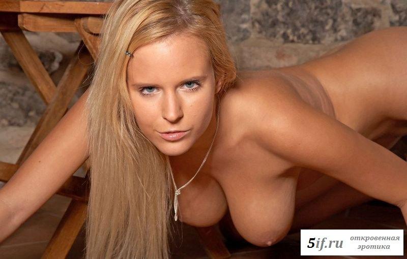 Сексуальная блонда с большими грудями