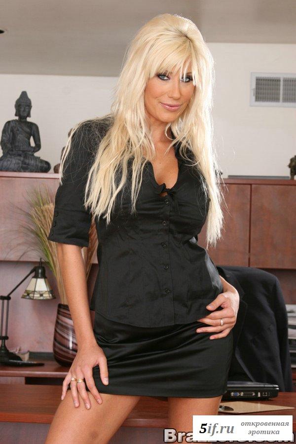 Озорная блондинка оголила большую грудь на работе