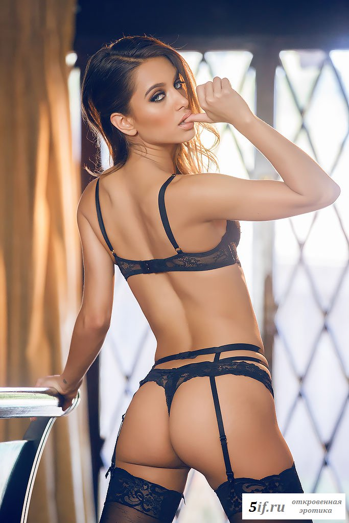 Красивая сексуальная женщина разделась на фото