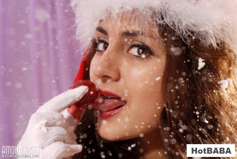 Обнаженная Снегурочка снялась в фотосессии для взрослых