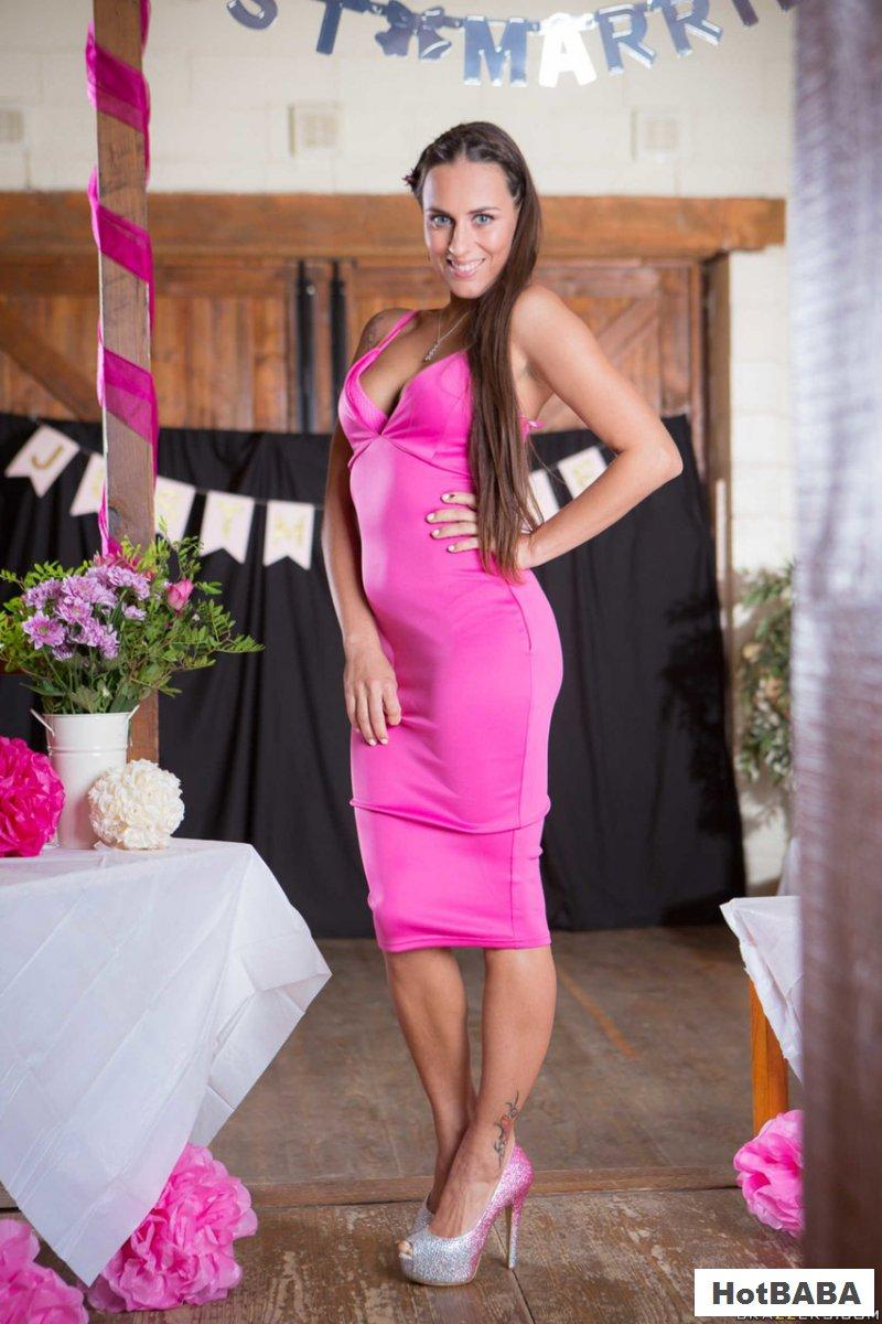 Голая куртизанка сняла роскошное розовое платье